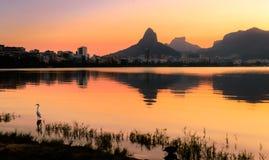 Όμορφη άποψη του ηλιοβασιλέματος Ρίο ντε Τζανέιρο πίσω από τα βουνά στο Rodrigo de Freitas Lake Στοκ Εικόνες