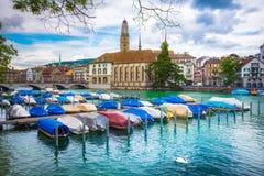 Όμορφη άποψη του ιστορικού κέντρου πόλεων της Ζυρίχης με τη διάσημη εκκλησία Fraumunster και Munsterbucke που διασχίζει τον ποταμ Στοκ Φωτογραφίες