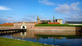 Όμορφη άποψη του κάστρου Kronborg - άποψη της πύλης εισόδων, το κανάλι στο χρόνο ημέρας στοκ εικόνες