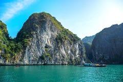 Όμορφη άποψη του μακριού κόλπου εκταρίου, ένας πολύ δημοφιλής προορισμός ταξιδιού στην επαρχία Quang Ninh, βορειοανατολικό Βιετνά στοκ εικόνες