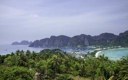 Όμορφη άποψη του νησιού με λεπτό ισθμό και δύο κόλπους Πράσινα βουνά και τροπικές εγκαταστάσεις στοκ φωτογραφίες