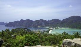 Όμορφη άποψη του νησιού με λεπτό ισθμό και δύο κόλπους Πράσινα βουνά και τροπικές εγκαταστάσεις στοκ φωτογραφία με δικαίωμα ελεύθερης χρήσης