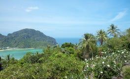 Όμορφη άποψη του νησιού με λεπτό ισθμό και δύο κόλπους Πράσινα βουνά και τροπικές εγκαταστάσεις στοκ εικόνες