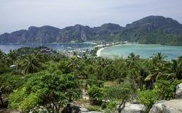 Όμορφη άποψη του νησιού με λεπτό ισθμό και δύο κόλπους Πράσινα βουνά και τροπικές εγκαταστάσεις στοκ εικόνα