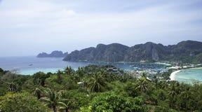 Όμορφη άποψη του νησιού με λεπτό ισθμό και δύο κόλπους Πράσινα βουνά και τροπικές εγκαταστάσεις στοκ εικόνες με δικαίωμα ελεύθερης χρήσης