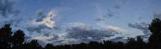 Όμορφη άποψη του ουρανού βραδιού, ηλιοβασίλεμα, θερινό πανόραμα Στοκ Φωτογραφίες