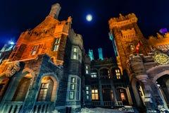 Όμορφη άποψη του παλαιού, εκλεκτής ποιότητας κάστρου Casa loma που προσκαλεί τη νύχτα το χρόνο Στοκ φωτογραφία με δικαίωμα ελεύθερης χρήσης