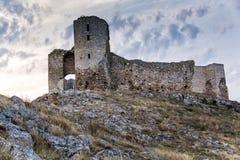 Όμορφη άποψη του παλαιών φρουρίου/της ακρόπολης Enisala με το νεφελώδεις ουρανό και τους βράχους Στοκ εικόνες με δικαίωμα ελεύθερης χρήσης