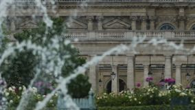 Όμορφη άποψη του ραντίσματος της πηγής και του λουξεμβούργιου παλατιού, έλξη στο Παρίσι απόθεμα βίντεο