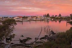 Όμορφη άποψη του ρόδινου ουρανού πέρα από τη μαρίνα βαρκών οικονόμων λιμνών κατά τη διάρκεια του s Στοκ Εικόνες