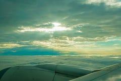Όμορφη άποψη του σύννεφου και του ουρανού μέσω του παραθύρου αεροπλάνων στοκ εικόνα