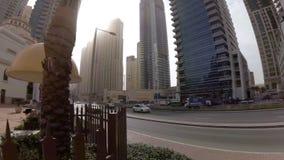 Όμορφη άποψη του τετάρτου από την οδήγηση των αυτοκινήτων μεταξύ των ουρανοξυστών στη μαρίνα του Ντουμπάι, Ε.Α.Ε. απόθεμα βίντεο