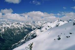 Όμορφη άποψη του τοπίου βουνών: σειρές βουνών, άσπρα σύννεφα στοκ εικόνα