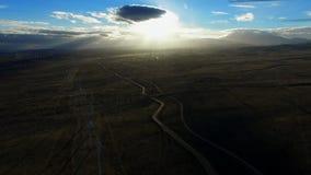 Όμορφη άποψη του φωτεινού φωτός του ήλιου πρωινού πέρα από το αγρόκτημα ανεμοστροβίλων απόθεμα βίντεο