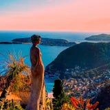 Όμορφη άποψη του χωριού Eze, γλυπτά, βοτανικός κήπος με τους κάκτους, μεσογειακό, γαλλικό Riviera, κυανή ακτή, Γαλλία Στοκ Φωτογραφίες