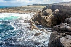 Όμορφη άποψη των απότομων βράχων θάλασσας ασβεστόλιθων στο NA Bothar hAillite στοκ εικόνες