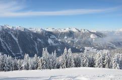 Όμορφη άποψη των χιονισμένων ερυθρελατών, των βουνών και των χαμηλών σύννεφων το χειμώνα Στοκ εικόνα με δικαίωμα ελεύθερης χρήσης