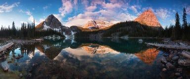 Όμορφη άποψη φθινοπώρου και άνοιξης στη λίμνη της Αιγύπτου στο εθνικό πάρκο Banff στα δύσκολα βουνά στην Αλμπέρτα, Καναδάς στοκ εικόνα