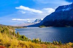 Όμορφη άποψη φθινοπώρου της μετάβασης δρόμος ήλιων στο εθνικό πάρκο παγετώνων, Μοντάνα, Ηνωμένες Πολιτείες Στοκ Φωτογραφία