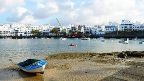 Όμορφη άποψη Arrecife του λιμανιού με τη βάρκα στην άμμο και την πόλη στο υπόβαθρο, Lanzarote, Κανάρια νησιά Στοκ φωτογραφίες με δικαίωμα ελεύθερης χρήσης