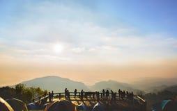 Όμορφη άποψη moutain προοπτικής με τους συσσωρευμένους ανθρώπους σκιαγραφιών στο ANG Khang Doi - mai Chaing, Ταϊλάνδη Στοκ φωτογραφία με δικαίωμα ελεύθερης χρήσης