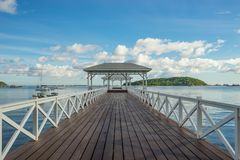 Όμορφη άσπρη γέφυρα θάλασσας ή γέφυρα Asdang στο νησί Sichang, Γ Στοκ Φωτογραφίες