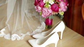 Όμορφη άσπρη γαμήλια ανθοδέσμη με τη συνεδρίαση νυφών στο υπόβαθρο απόθεμα βίντεο