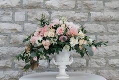 Όμορφη άσπρη και ρόδινη ρύθμιση διακοσμήσεων λουλουδιών σε Weddin Στοκ Εικόνα