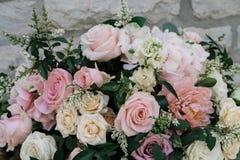 Όμορφη άσπρη και ρόδινη ρύθμιση διακοσμήσεων λουλουδιών σε Weddin Στοκ Φωτογραφία