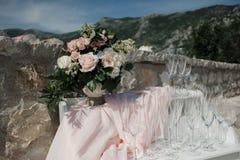 Όμορφη άσπρη και ρόδινη ρύθμιση διακοσμήσεων λουλουδιών σε Weddin Στοκ εικόνες με δικαίωμα ελεύθερης χρήσης