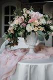 Όμορφη άσπρη και ρόδινη ρύθμιση διακοσμήσεων λουλουδιών σε Weddin Στοκ Εικόνες