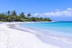Όμορφη άσπρη καραϊβική παραλία άμμου Στοκ Φωτογραφίες