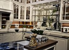 Όμορφη άσπρη κουζίνα στο νέο σπίτι πολυτέλειας στοκ εικόνες