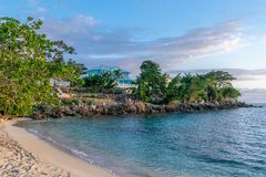 Όμορφη άσπρη παραλία άμμου στη σύγχρονη κατοικημένη ιδιοκτησία γειτονιάς upscale στοκ εικόνες