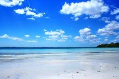 Όμορφη άσπρη παραλία και μπλε καραϊβικός ουρανός Στοκ εικόνα με δικαίωμα ελεύθερης χρήσης
