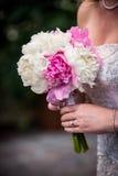 Όμορφη άσπρη & ρόδινη ανθοδέσμη που κατέχει ο γάμος Στοκ φωτογραφία με δικαίωμα ελεύθερης χρήσης