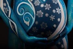 Όμορφη έγκυος γυναίκα με τη headwear και αφηρημένη τέχνη σωμάτων Στοκ φωτογραφία με δικαίωμα ελεύθερης χρήσης