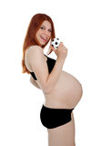 Όμορφη έγκυος γυναίκα με το μικρό ποδόσφαιρο στο isola του χεριού της Στοκ Εικόνα