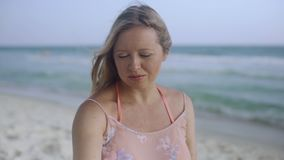 Όμορφη έγκυος γυναίκα που περπατά στην ωκεάνια παραλία, νέα γυναίκα που περιμένει το μωρό της, που κτυπά το στομάχι του 4k φιλμ μικρού μήκους