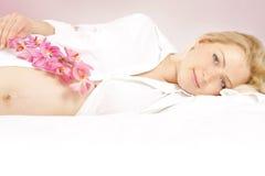 όμορφη έγκυος γυναίκα σπ&omi Στοκ φωτογραφία με δικαίωμα ελεύθερης χρήσης