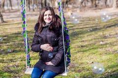 Όμορφη έγκυος γυναίκα σχετικά με την κοιλιά της με τα χέρια Στοκ Φωτογραφίες