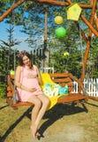 Όμορφη έγκυος γυναίκα υπαίθρια με τις διακοσμήσεις Στοκ Φωτογραφίες