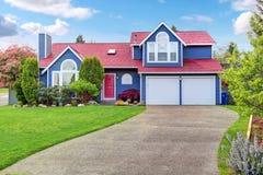 Όμορφη έκκληση συγκρατήσεων με το μπλε εξωτερικό χρώμα και την κόκκινη στέγη στοκ εικόνες