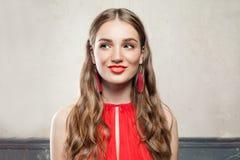 Όμορφη έκπληκτη πρότυπη γυναίκα μόδας Στοκ φωτογραφία με δικαίωμα ελεύθερης χρήσης