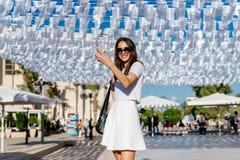Όμορφη ένδυση brunette γυναικών νέα στο άσπρο φόρεμα Στοκ Εικόνα
