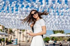 Όμορφη ένδυση brunette γυναικών νέα στο άσπρο φόρεμα Στοκ Φωτογραφία