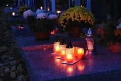 Όμορφη έννοια νύχτας φθινοπώρου Νεκροταφείο και αποκριές Κερί στον τάφο ανασκόπηση αποκριές Στοκ εικόνα με δικαίωμα ελεύθερης χρήσης