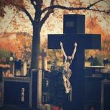 Όμορφη έννοια φθινοπώρου στο νεκροταφείο και τις αποκριές Κερί σε ένα φανάρι στον τάφο ανασκόπηση αποκριές Στοκ εικόνα με δικαίωμα ελεύθερης χρήσης