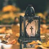 Όμορφη έννοια φθινοπώρου στο νεκροταφείο και τις αποκριές Κερί σε ένα φανάρι στον τάφο ανασκόπηση αποκριές Στοκ φωτογραφίες με δικαίωμα ελεύθερης χρήσης