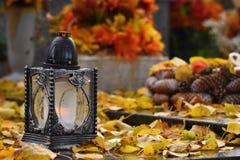 Όμορφη έννοια φθινοπώρου στο νεκροταφείο και τις αποκριές Κερί σε ένα φανάρι στον τάφο ανασκόπηση αποκριές Στοκ φωτογραφία με δικαίωμα ελεύθερης χρήσης